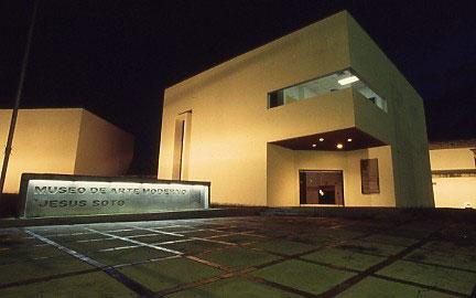 Fachada nocturna del Museo de Arte Moderno Jesús Soto. Ciudad Bolívar, Venezuela.