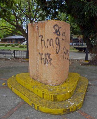 El pedestal de Andrés Bello había sido vandalizado meses atrás. Finalmente robaron la escultura. Paseo Los Trujillanos, Barinas. Foto Marinela Araque, 13 de noviembre de 2017.