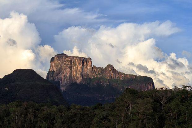 9 patrimonios mundiales de Venezuela. Tepuy Autana, Parque Nacional Canaima.