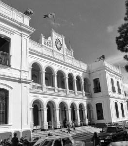 La fachada del Palacio de los Leones también es obra del maestro Jesús Uzcátegui, autor de la fachada del antiguo hospital Vargas de San Cristóbal. Foto INATUR, 2010. Reproducción Samir Sánchez.