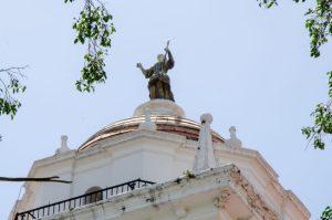 Escultura de Juan Pedro López (La Fe) Torre de la Catedral Metropolitana de Caracas, Fotografía Luis Chacín, 2018