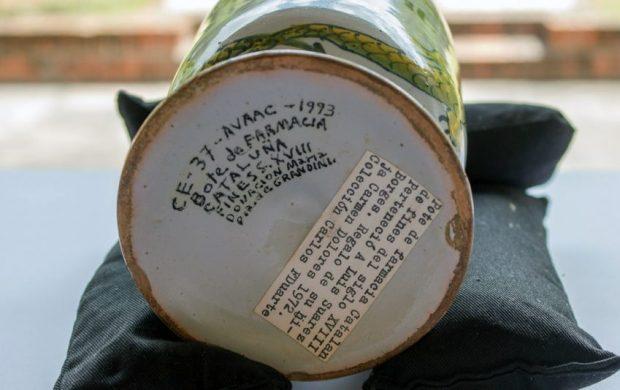 Bote de farmacia de la colección de cerámica del periodo hispano en Venezuela. Colección del Museo de Arte Colonial de Caracas, Quinta de Anauco. Patrimonio cultural de Venezuela.