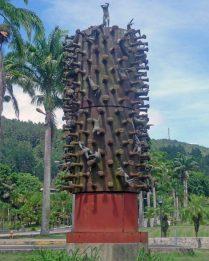 La lucha del hombre por la cima (1972), obra de Carlos Prada que se ubica en el campus de la Universidad Simón Bolívar, Caracas. Patrimonio cultural de Venezuela.