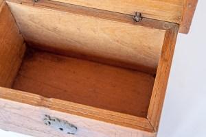 Arcón de cedro o caja pequeña del Museo de Arte Colonial de Caracas, siglo XVIII. Patrimonio cultural de Venezuela.