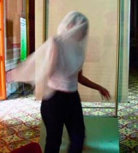 El personaje de la Marisela lleva un velo en el juego de cantos y bailes durante los velorios de la Cruz de Mayo de Guárico. Foto Instituto del Patrimonio Cultural, IPC.
