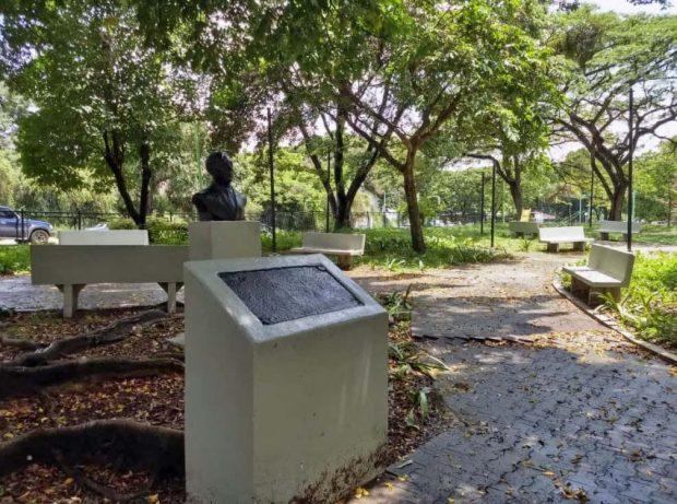 Hurtan busto de bronce de Enrique Bernardo Núñez de la plaza del Periodista, en Valencia, Carabobo. Patrimonio cultural de Venezuela en peligro.