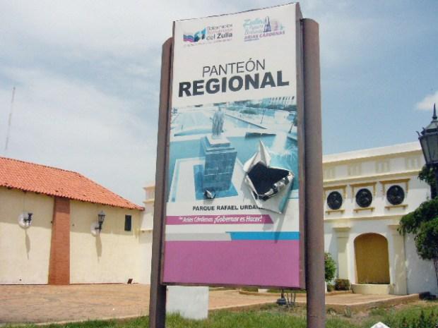 El deteriorado pendón que anuncia el Panteón Regional del Zulia. Maracaibo, estado Zulia. Patrimonio cultural de Venezuela en peligro.