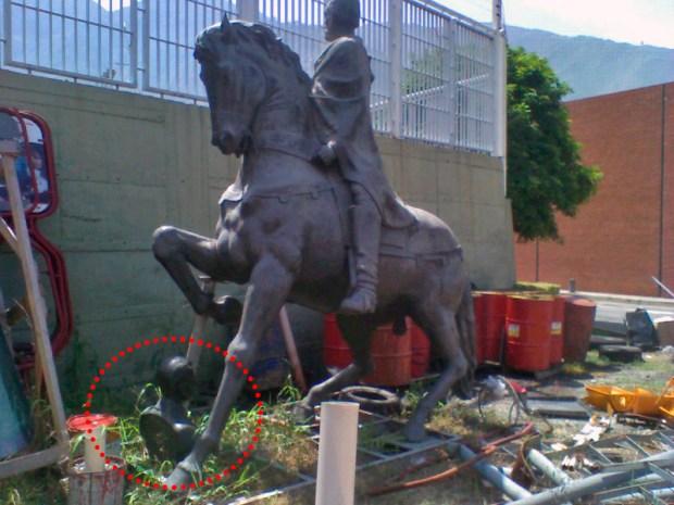 """Patrimonio cultural de Venezuela en peligro. Heriberto Márquez Molina acompaña a Juan Rodríguez Suárez en su """"secuestro"""". Mérida, Venezuela. Foto cortesía Yorman Moreno, enero de 2012."""