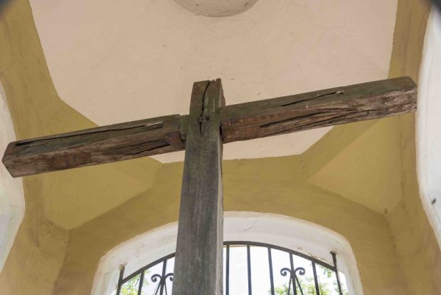 La Cruz de San Clemente, devorada por los comejenes. Esta cruz tiene 491 años de historia pero hoy sucumbe a la carcoma. Coro, Falcón. Patrimonio cultural de Venezuela en peligro.