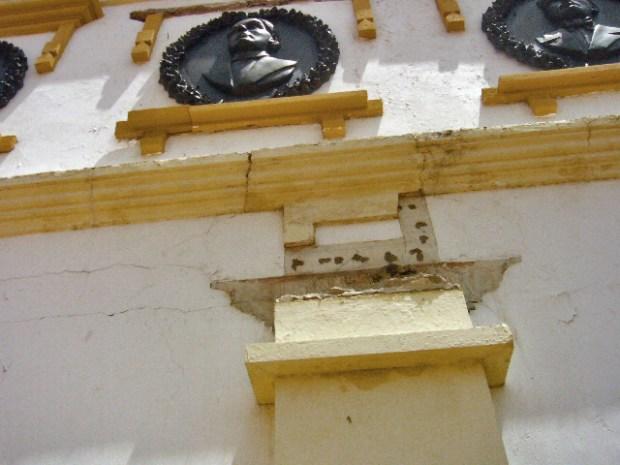 La cenefa de la plaza La Herencia cedió, en el Panteón Regional del Zulia. Patrimonio de Venezuela en peligro.