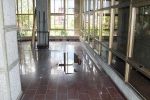 La Biblioteca Bolivariana de Mérida presenta filtraciones de lluvias y deterioro de tuberías internas, por lo que la estructura está vulnerable y su colección en riesgo. Patrimonio cultural de Venezuela en peligro.