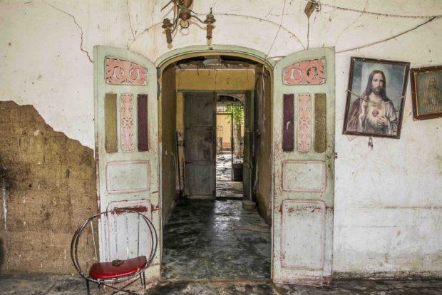 Una de las casas de la sucesión Borregales, afectada por las lluvias, todavía conserva detalles de su decoración. Coro, Falcón. Foto Jesús Romero, octubre 2018. Patrimonio mundial en peligro.