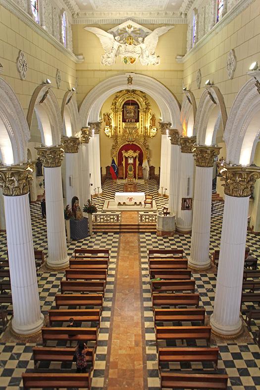 Vista del altar mayor desde el coro de la Catedral de Valencia, Carabobo. Foto Orlando Nano Baquero, agosto 2018.