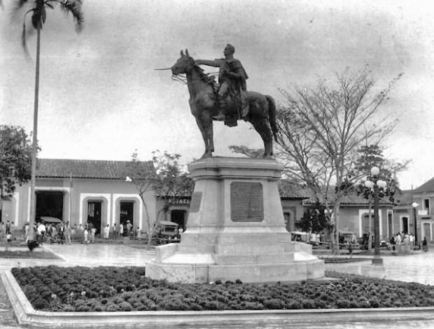 Estatua de El Libertador en la plaza Bolívar de la ciudad de San Cristóbal, estado Táchira. Patrimonio cultural de Venezuela.