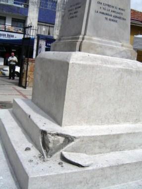 Monumento a Cristóbal Colón, patrimonio cultural de Venezuela en peligro. A días de los daños al monumento a Colón, aún estaban los restos de fragmentos en los alrededores. Mérida-Venezuela. Foto Samuel Hurtado C., noviembre 15 de 2006.