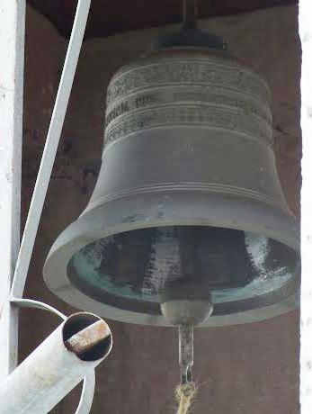 Campanas de Lobatera. Campana de forma esquilonada, de la capilla principal de la aldea Llano Grande, del Municipio Lobatera. Data de 1965 y fue fundida en la ciudad de Aarle Rixtel, en Holanda