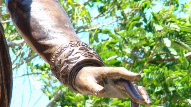 Detalle de la mano izquierda de la estatua de El Libertador, Plaza Bolívar de Lobatera. Foto Darío Hurtado, 2013.