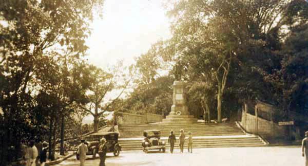 Estatua de El Libertador Simón Bolívar en el emplazamiento del Paseo de la Independencia (El Calvario) para 1920. Allí permaneció entre 1894 y 1955. Foto Fotos Viejas de Caracas, 2011.