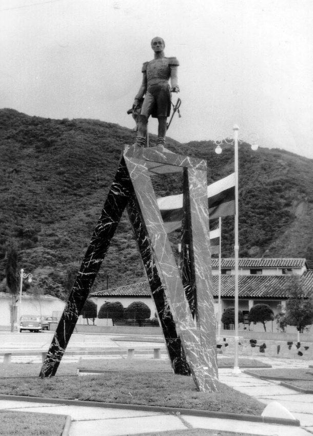 Estatua de El Libertador y pedestal vanguardista diseñado por el arquitecto Fruto Vivas. Parque Bolívar de Lobatera, 1956. Foto Carlos Alviárez Sarmiento, 2009.