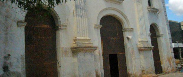 Fachada del templo San Felipe Neri (1806 - 1835), en el casco histórico de Maracaibo, Zulia - Venezuela. Foto Wilmer Villalobos, octubre de 2018. Monumento Nacional, patrimonio cultural de Venezuela en peligro. Monumento Nacional, patrimonio cultural de Venezuela en peligro.
