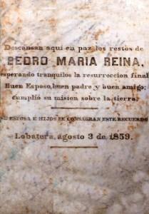 Campanas de Lobatera. Lápida sepulcral de don Pedro María Reina, en la pared oeste de la sacristía de la Capilla del Humilladero
