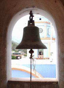 Campanas de Lobatera. La campana mediana (La Tan). Se observa la torre sur y el centenario reloj público (1913-2013) Foto Samir Sánchez, 2007.