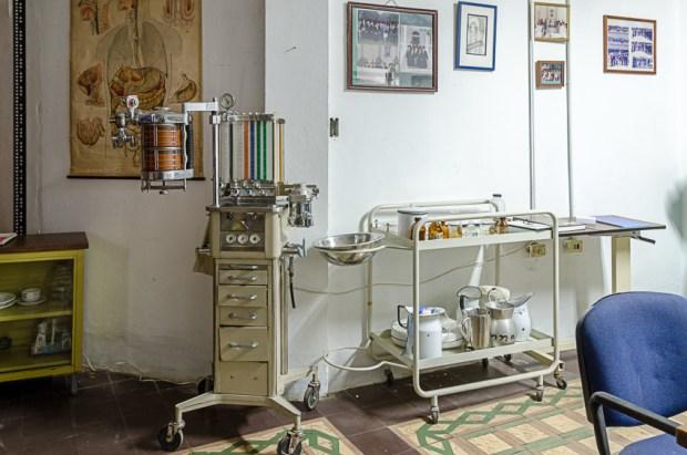 Parte del mobiliario médico histórico, resguardado en el Museo Histórico de la Enfermería Venezolana, UCV. Foto Luis Chacín, 2018.