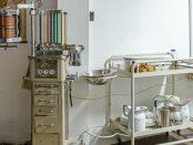 Parte del mobiliario médico histórico, resguardado en el Museo Histórico de la Enfermería Venezolana, UCV. Foto Luis Chacín, septiembre de 2018.