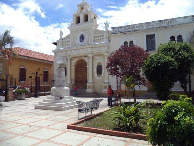 Monumento a Cristóbal Colón, patrimonio cultural de Venezuela en peligro. Plazoleta Colón, con el monumento a Cristóbal Colón. Mérida-Venezuela. Foto Samuel Hurtado Camargo, mayo 28 de 2017.