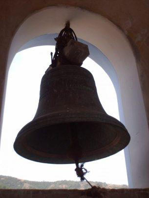 Campanas de Lobatera. Sección inferior de la campana mayor de la iglesia de Lobatera. Foto Samir Sánchez, 2007. Patrimonio cultural de Venezuela.