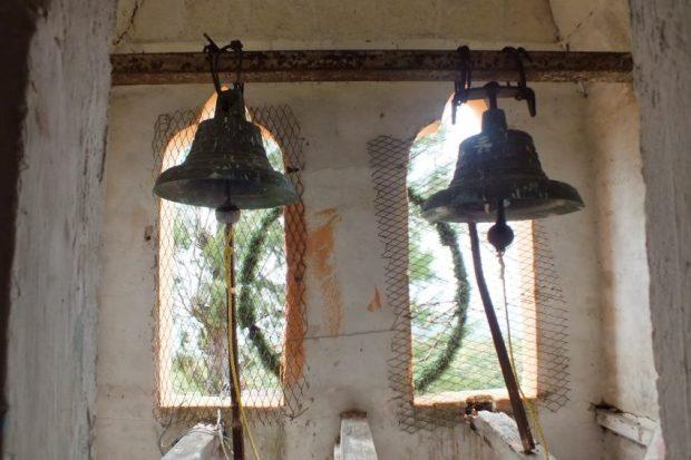 Campanas de Lobatera. Sección posterior de la campanilla de la Capilla del Santo Rostro, de la aldea Volador. La misma fue donada en 1941 por la familia Guerrero Rosales. Patrimonio cultural de Venezuela.