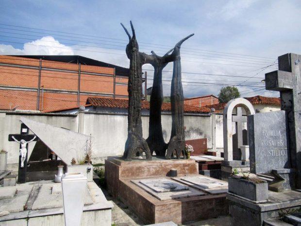 Cara frontal y lateral derecho del monumento a Alberto Carnevali. Cementerio El Espejo, Mérida. Foto Samuel Hurtado Camargo, noviembre 2 de 2018.