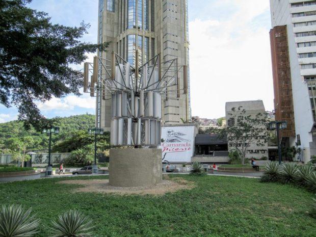 Una flor para el desierto (Alejandro Otero, 1985) está entre Parque Central, el Hotel Alba Caracas y los museos, Caracas. Foto Luis Chacín, nov. 29 de 2018.