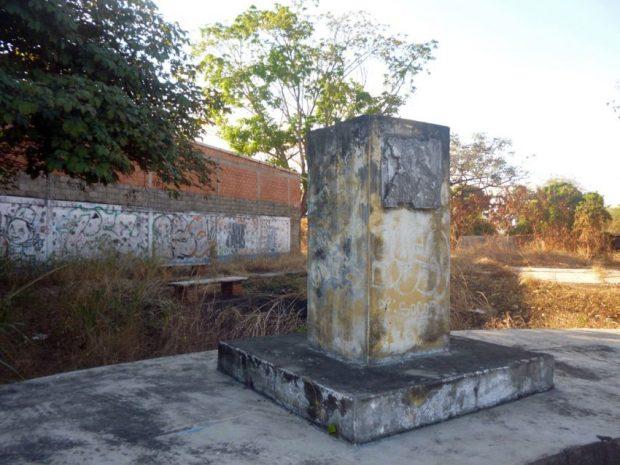De este pedestal se robaron el busto de bronce de Humberto Febres, Barinas. Foto Marinela Araque, enero 2019.