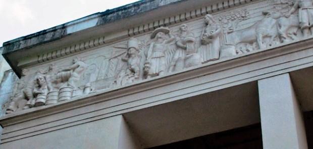 Edificio Nacional de San Cristóbal, estado Táchira. Detalle del friso alegórico, en su ángulo este, del pórtico -tetrástilo- o entrada principal del Edificio Nacional. Foto Samir Sánchez, 2016.