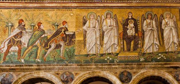 Detalle con los tres Reyes Magos del mosaico de la Basílica de San Apolinar el Nuevo. Foto depositphotos
