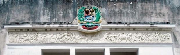 Edificio Nacional de San Cristóbal, estado Táchira. Friso alegórico del pórtico sur del Edificio Nacional, el escudo nacional conserva el diseño y los colores originales de 1945. Foto Samir Sánchez, 2016.