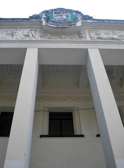 Edificio Nacional de San Cristóbal, estado Táchira. Frontis, techos casetonados, friso alegórico y escudo nacional -en bajo relieve- de los Estados Unidos de Venezuela Foto Samir Sánchez, 2016.