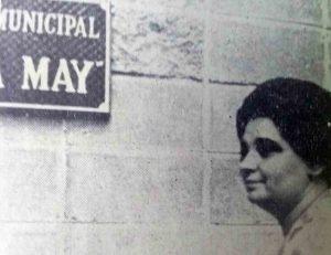 1962. La profesora Aminta Gutiérrez, directora de Educación Municipal, desvela la placa con el nombre Escuela Municipal María May.