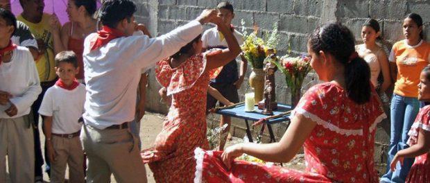2006. Baile del tamunangue en el barrio La Quebradita de Araure, estado Portuguesa. Foto Wilfredo Bolívar. Tamunangue o sones de negro entre Lara y Portuguesa. Patrimonio cultural de Venezuela.