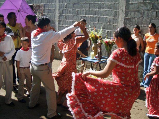 2006. Tamunangue en el barrio La Quebradita de Araure. Sones de negros de Lara y Portuguesa. Foto Wilfredo Bolívar.
