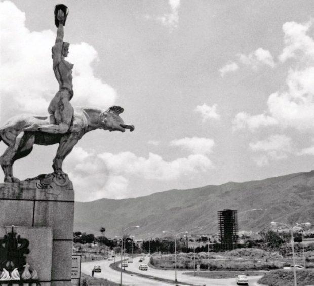 La María Lionza de Alejandro Colina, recién instalada en la Av. Francisco Fajardo, Caracas. Foto Helmut Neumann, @prodavinci, @GFdeVenezuela