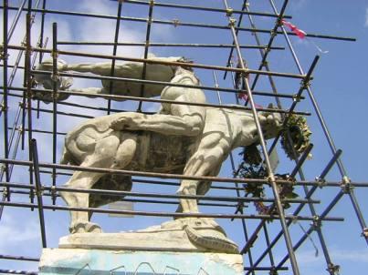 La estatua orignial de María Lionza, fracturada en 2004 al intentar la Alcaldía de Caracas hacer una réplica de la misma. Foto Dr. Fernando Tovar, restaurador de la obra.