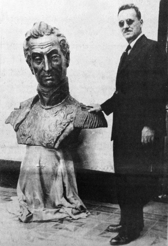 Monumento a El Libertador en el pico Bolívar de Mérida. Patrimonio cultural venezolano. Enrique Bourgoin posa junto al busto de El Libertador que encargó al escultor Marcos León Mariño, 1950. Foto Frontera, junio 25 de 1984. Dig. S. Hurtado.