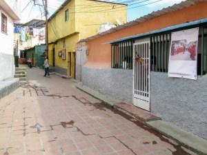 La plaza La Cruz integra el bulevar que concluye en un pequeño arco que da entrada a lo más alto de El Calvario, El Hatillo. Foto Luis Chacín, 2018.