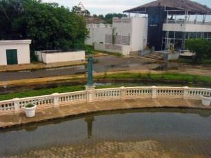 Aguas estancadas y malolientes circundan la plaza El Buen Maestro, de Maracaibo. Foto Wilmer Villalobos.