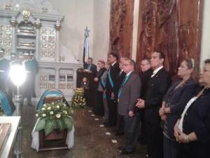 Autoridades en el acto protocolar de la inhumación de los restos de tres ilustres del Zulia, como los artistas Julio Árraga y Manuel Puchi, y Adolfo de Pool, autor del Himno de la Chinita. Foto