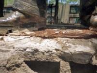 Desconocidos han despegado poco a poco la base de la estatua pedestre de Alberto Arvelo Torrealba, frente a la alcaldía de Barinas. Foto Marinela Araque, abril 2019.