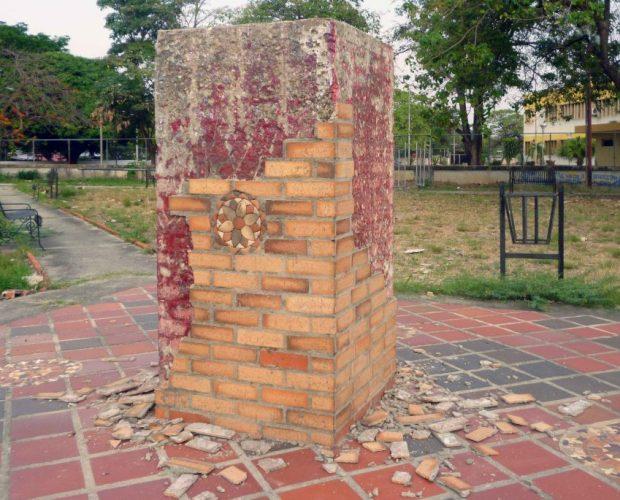 Desidia e impunidad alientan el pillaje contra el patrimonio cultural barinés. En la gráfica el pedestal destrozado del monumento a Páez, en Barinas. Foto Marinela Araque, marzo 2019.