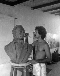 El escultor José Ignacio Vielma en los últimos retoques del busto de José Antonio Páez. Mérida, Venezuela. Foto archivo José Ignacio Vielma.